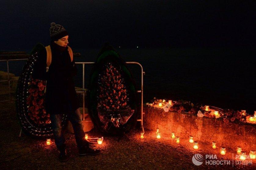 В Сочи спустили траурные венки на воду в знак солидарности с родственниками погибших.