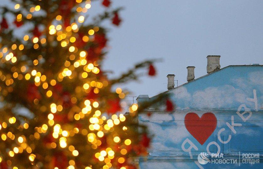 Дизайнерская ель на Кузнецком мосту в Москве.