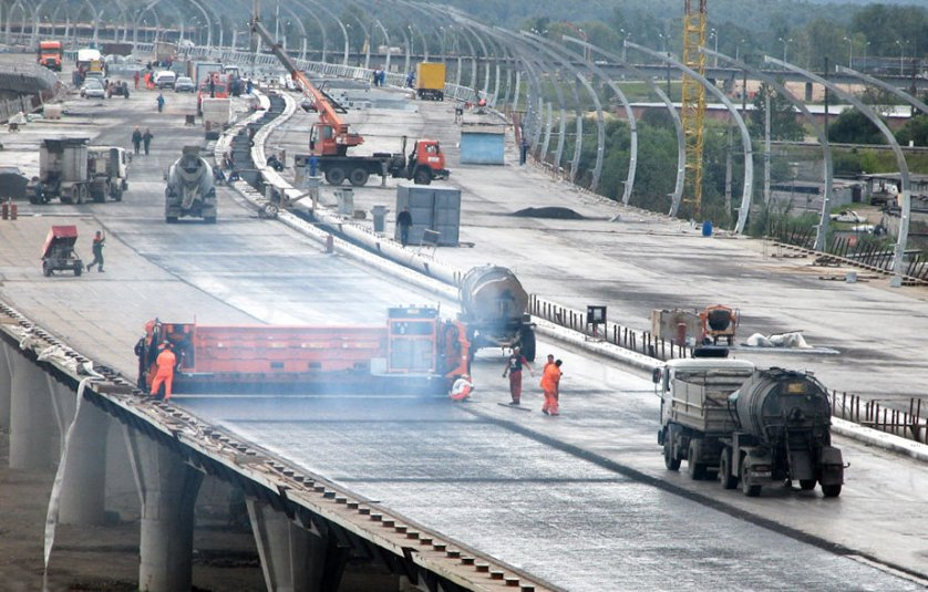 Устройство асфальтового покрытия в районе развязки с КАД на южном участке Западного скоростного диаметра в Санкт-Петербурге.