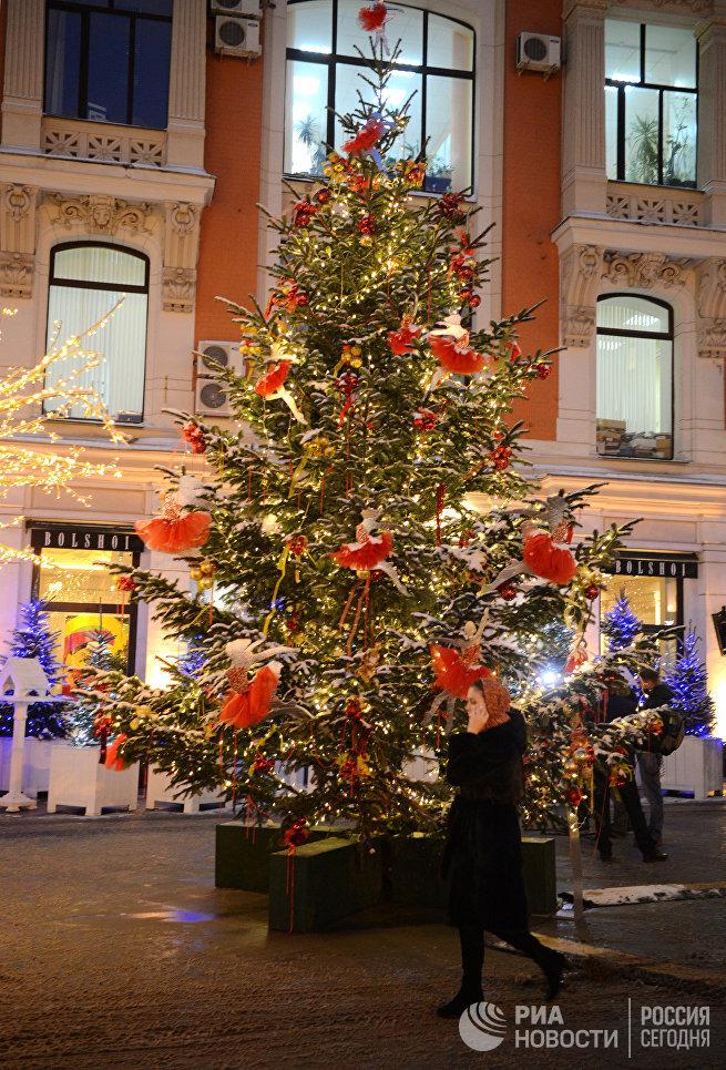 Одна из елей посвящена великой балерине Майе Плисецкой. Дерево украшено красными балетными пачками, сшитыми вручную, золотистыми и красными шарами разного размера. На верхушке ели - небольшая фигурка балерины.