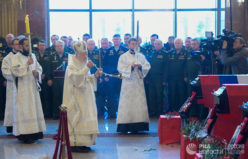 Священнослужители на церемонии прощания с погибшими при крушении самолета Ту-154 в Черном море на Федеральном военном мемориальном кладбище в Московской области.