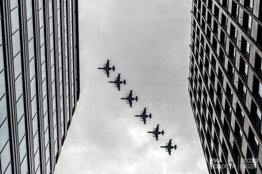 """Штурмовики """"Су-25"""" на тренировке групп парадного строя авиации к параду Победы."""