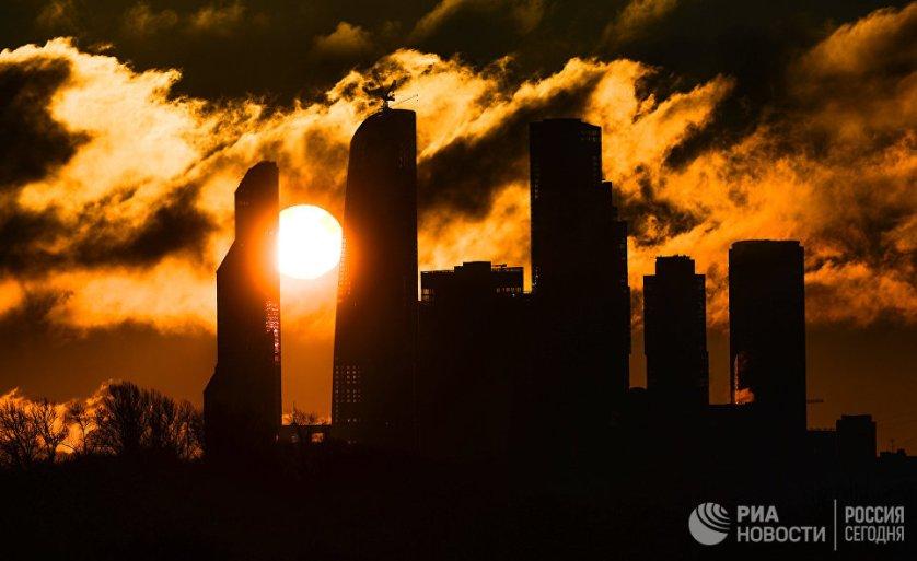 Рассвет над комплексом Москва-сити в Москве.