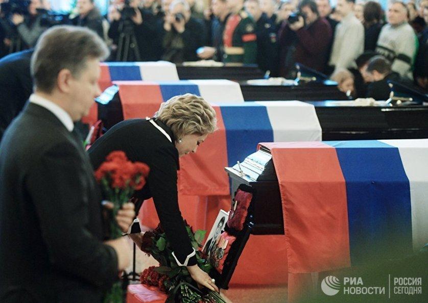 Председатель Совета Федерации РФ Валентина Матвиенко на церемонии прощания с погибшими при крушении самолета Ту-154 в Черном море на Федеральном военном мемориальном кладбище в Московской области.
