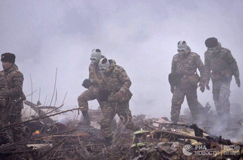 На месте крушения работают военные и спасатели.