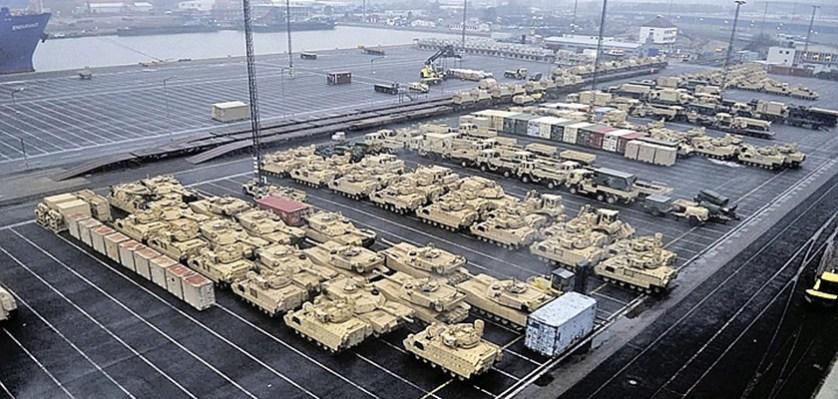 Американские танки в немецком порту Бремерхафен. Выгрузились, как у себя дома... Фото: facebook.com/21stTSC