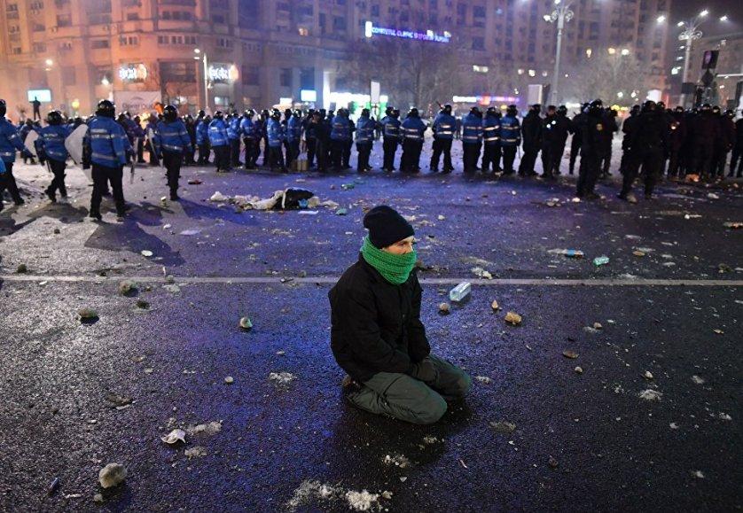 Решение нового румынского правительства о помиловании и амнистии нескольких категорий заключенных обернулось ночными протестами в Бухаресте и других городах страны.