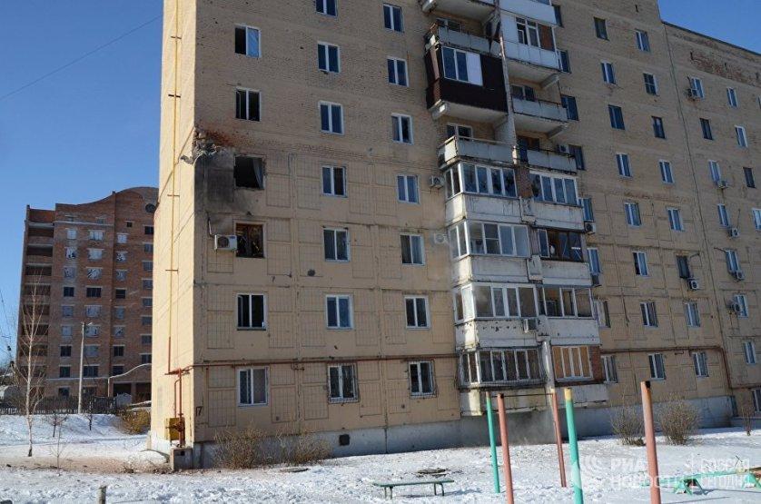По данным Донецкой народной республики, украинские силовики совершили шесть попыток прорыва позиций ополчения в Донбассе.  На фото: жилой дом на улице Листопрокатчиков в Киевском районе Донецка, пострадавший от обстрела.