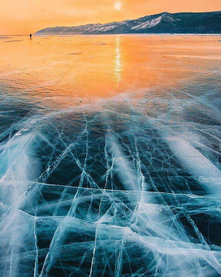 Замерзание Байкала происходит постепенно. Сначала поверхность воды покрывается тонкой ледовой корочкой, но даже слабое волнение на озере разбивает ее на тонкие льдины, которые впоследствии, увеличиваясь, намерзают на берега.