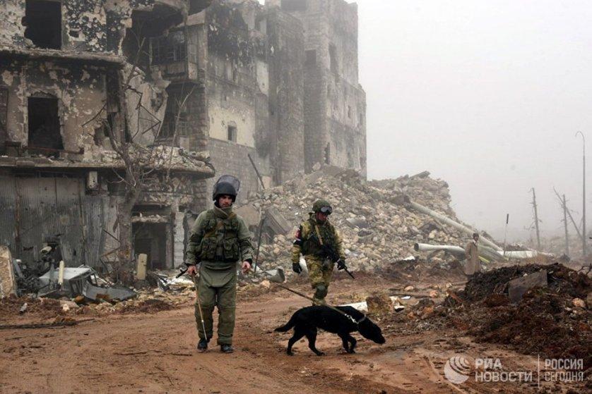 Российские военнослужащие во время разминирования исторической Цитадели древней крепости Алеппо.