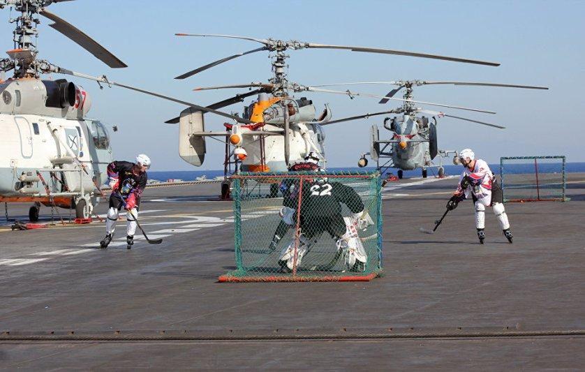 """Военнослужащие играют в хоккей на роликовых коньках на палубе тяжелого авианесущего крейсера """"Адмирал Кузнецов"""" в Средиземном море."""
