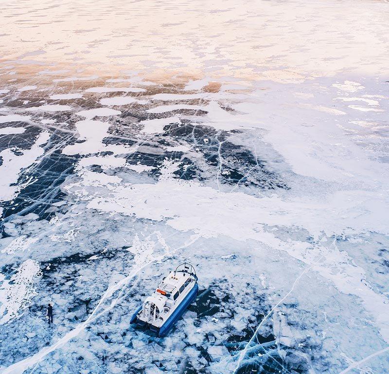 Лед Байкала толщиной 50 см выдерживает вес до 15 тонн, поэтому зимой по озеру можно передвигаться на автомобилях.