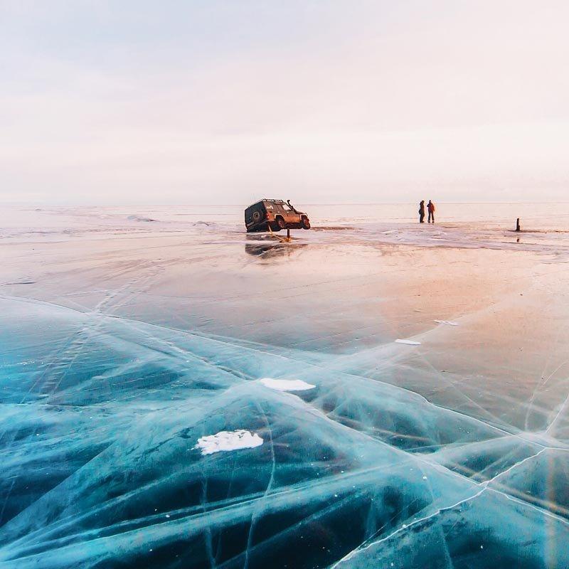 """Однако путешественникам важно не забывать про главную опасность Байкала - """"становые"""" трещины и щели во льду, которые могут простираться на десятки километров. Некоторые из них не замерзают всю зиму, покрываясь лишь тонкой коркой молодого льда."""