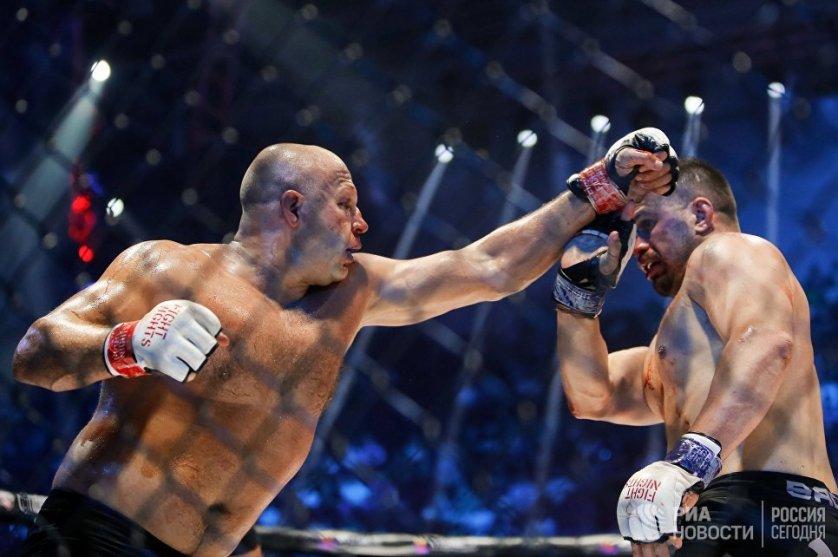 Федор Емельяненко (Россия) и Фабио Мальдонадо (Бразилия) во время боя на турнире по смешанным единоборствам Fight Nights Global 50