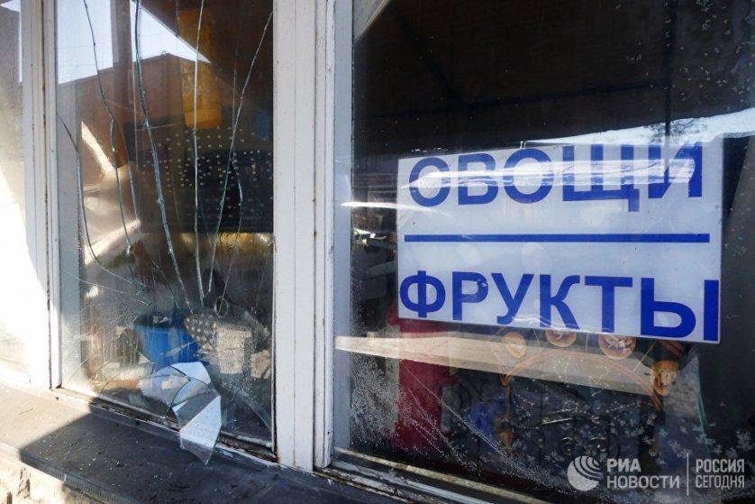 Разбитые витрины на привокзальном рынке в Куйбышевском районе Донецка.