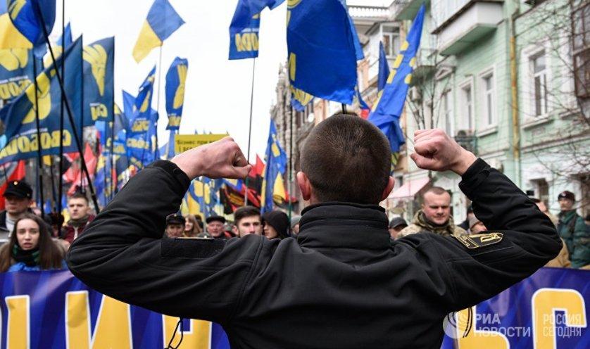 """В марше участвовали несколько тысяч членов националистических партий """"Свобода"""", """"Национальный корпус"""" и """"Правый сектор""""(террористическая организация, запрещенная в России)."""