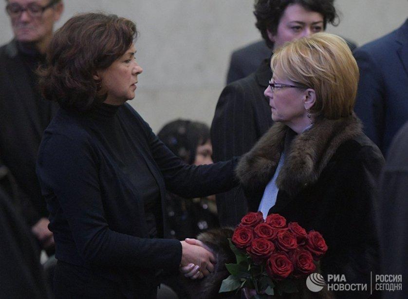 Соболезнования от пришедших проститься с Виталием Чуркиным принимает семья дипломата.