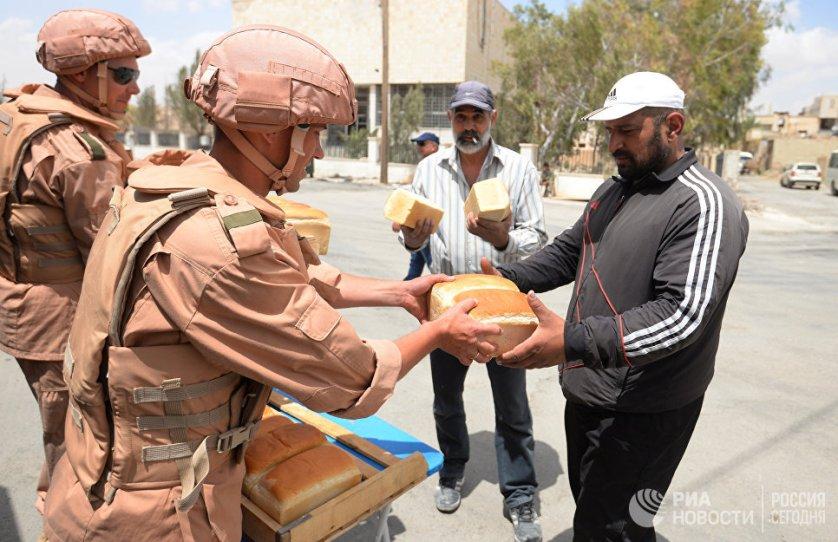 Раздача хлеба российскими военнослужащими жителям Пальмиры.