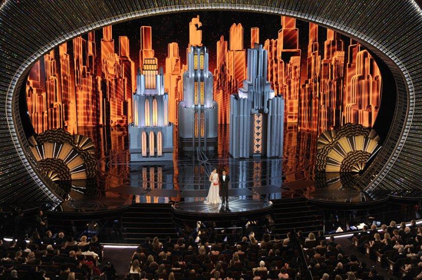 """Актеры Хейли Стайнфелд и Гаэль Гарсия Берналь вручают награду за лучший анимационный фильм, которым стал """"Зверополис""""."""