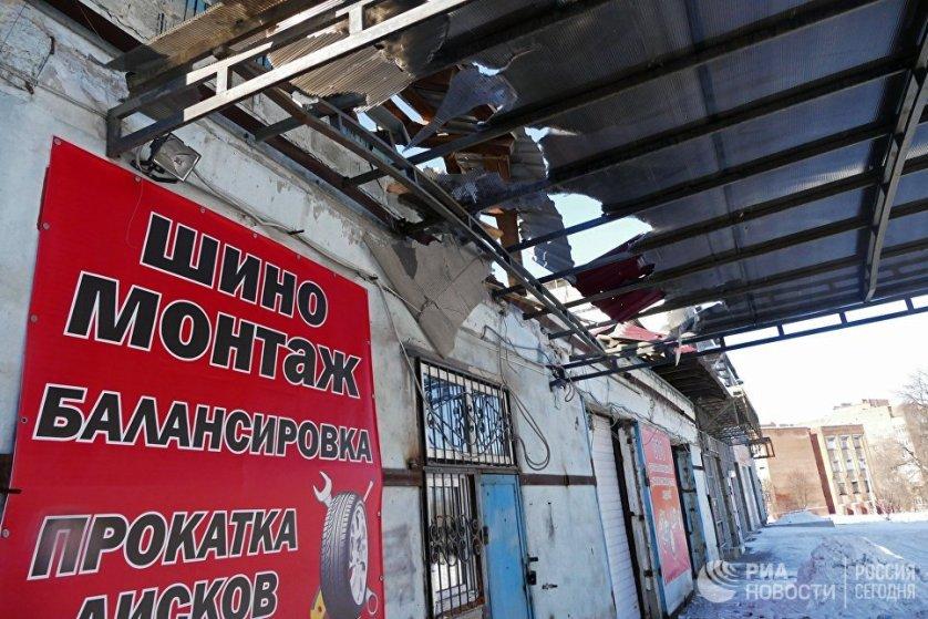 Из-за обстрелов в Донецкой области Авдеевка осталась без воды, тепла и света. В городе было объявлено чрезвычайное положение. На фото: станция технического обслуживания, пострадавшая от обстрела, в Донецке.