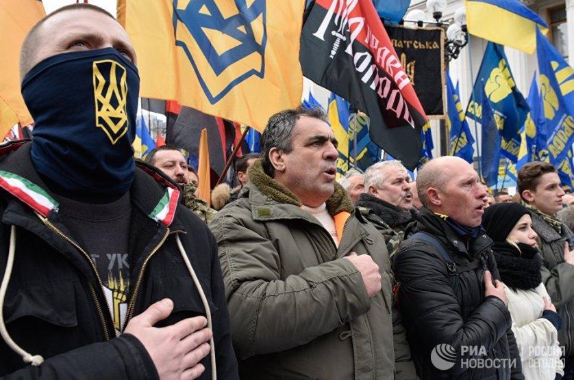 """Митингующие требовали принять закон об """"оккупированных территориях"""" и запретить торговлю с неподконтрольными Киеву районами Донбасса."""