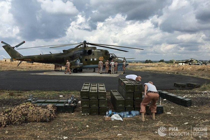 """Технический персонал у российского ударного вертолета МИ-24 на аэродроме """"Хмеймим"""" в Сирии."""
