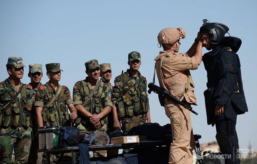Российский военнослужащий обучает сирийских солдат поисковой тактике и обнаружению взрывных устройств в Пальмире.