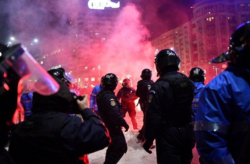 В среду митингующие начали бросать в правоохранителей петарды и дымовые шашки.