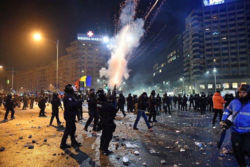 Полиция в ответ была вынуждена применить слезоточивый газ.