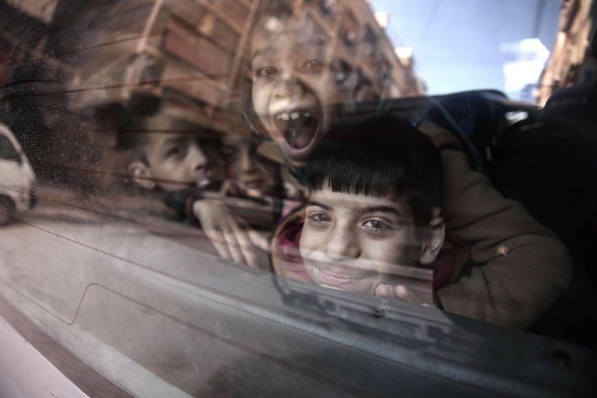 Глухонемых сирийских детей вывозят на школьном автобусе из школы Аль-Баян в удерживаемом повстанцами городе Дума, Сирия.
