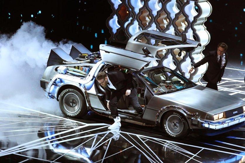 """Актеры Сет Роган и Майкл Джей Фокс не вышли, а выехали на сцену церемонии на легендарной ДеЛореан, чтобы вручить награду на """"Лучший монтаж фильма"""", который достался ленте Мэла Гибсона """"По соображениям совести""""."""