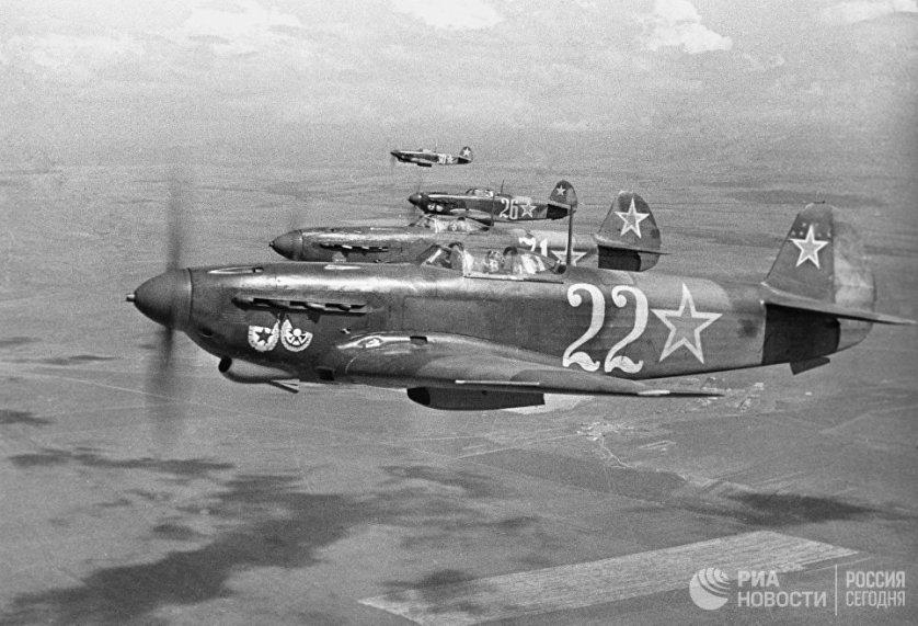Истребители гвардейского Краснознаменного авиаполка в небе над Севастополем. 12 апреля 1944 года.