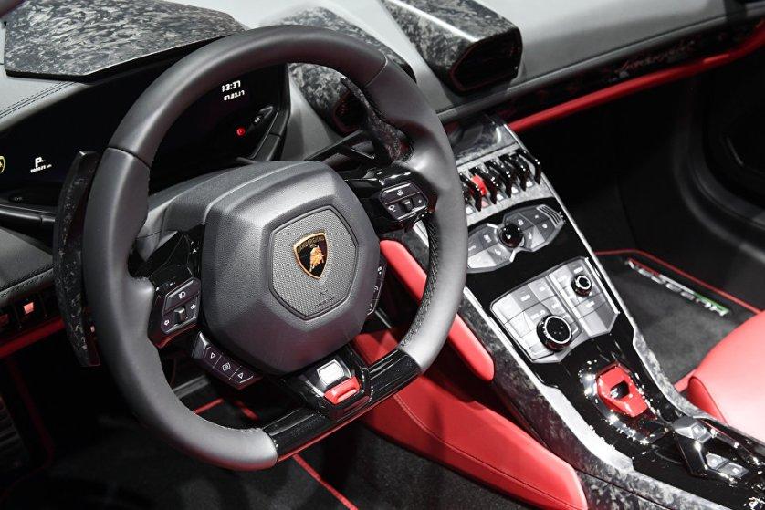 Интерьер автомобиля Lamborghini Huracan. Модель обладает 5,2-литровым двигателем V10 (640 лошадиных сил). Автомобиль разгоняется до 100 км/ч за 2,9 секунды.