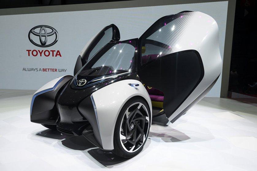 На автосалоне японская компания Toyota представила новый электрический концепт-кар i-TRIL. Вместо руля у электронного сити-кара будущего установлен джойстик.