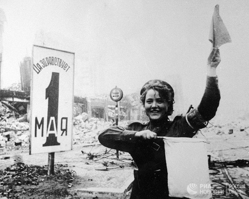Военная регулировщица Мария Шальнева на площади Александерплац в Берлине. 1 мая 1945 года.