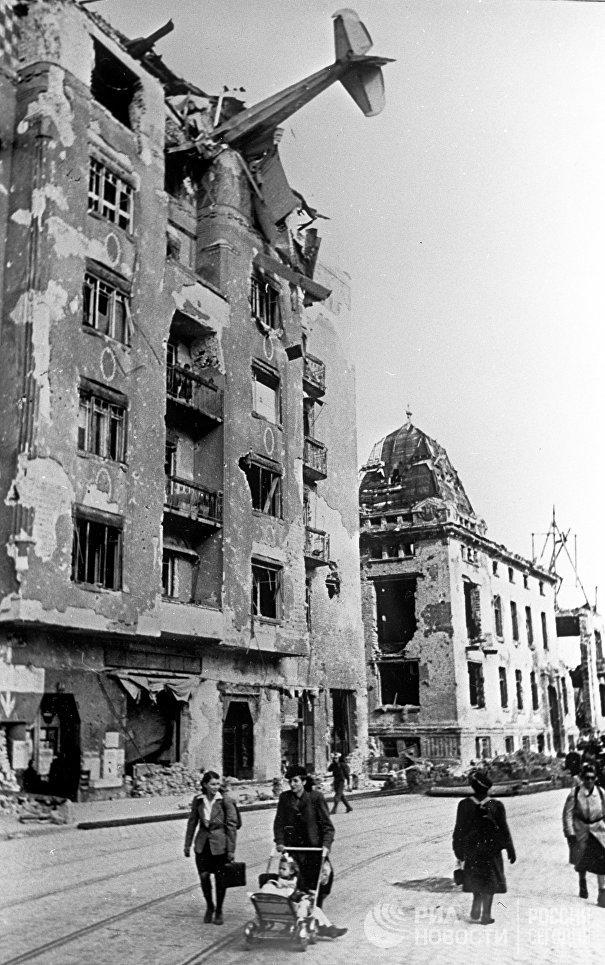 Немецкий планер врезался в дом на улице Аттилы, район Буды, Венгрия. 1 марта 1945 года.