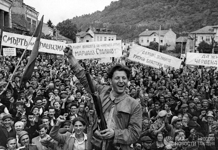 Соединения 3-го Украинского фронта вступили на территорию Болгарии. Жители города Ловеч встречают советских воинов-освободителей. 1 сентября 1944 года.