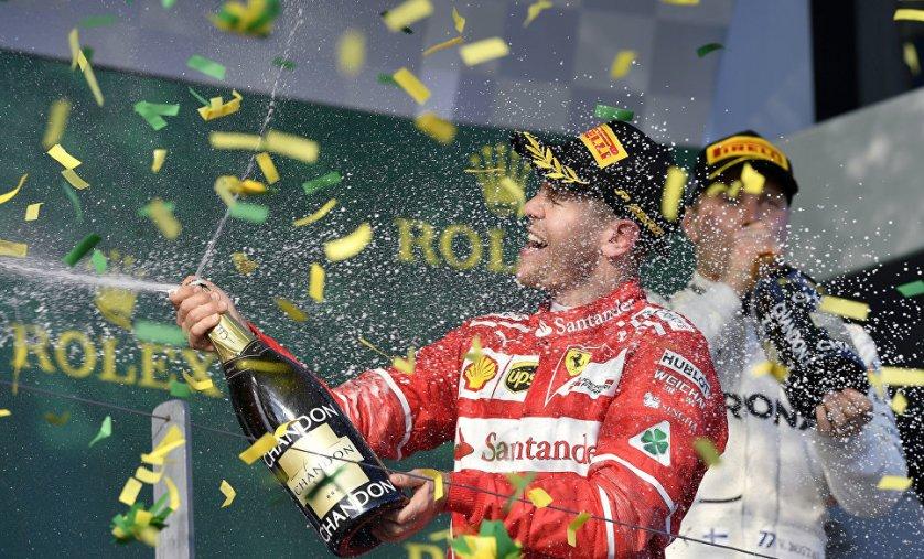 """Пилот """"Феррари"""" Себастьян Феттель празднует победу в Гран-при Австралии."""