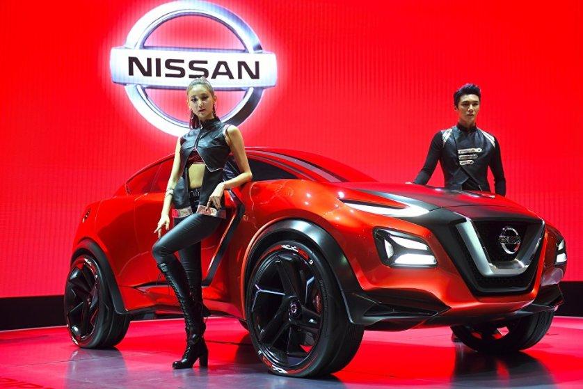 Модели представляют новый концепт-кар Nissan Gripz на сеульском автосалоне.