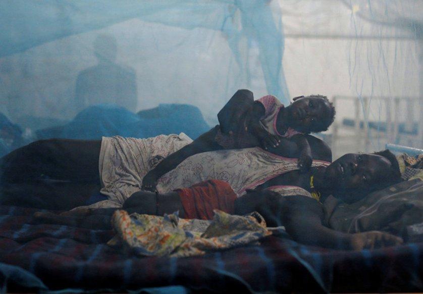 """Женщина со своими детьми в больнице """"Врачей без границ"""" в Южном Судане."""
