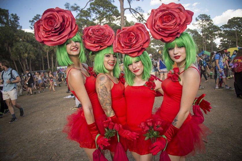 Участники фестиваля музыки и искусства в Окичоби, Флорида.
