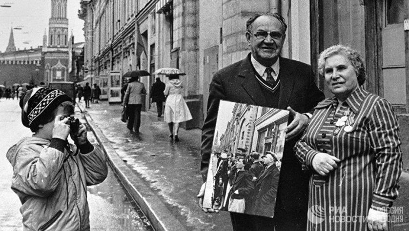 """Через много лет Евгений Халдей разыскал героиню снимка """"Первый день войны"""" Анну Трушкину. 1 сентября 1981 года."""
