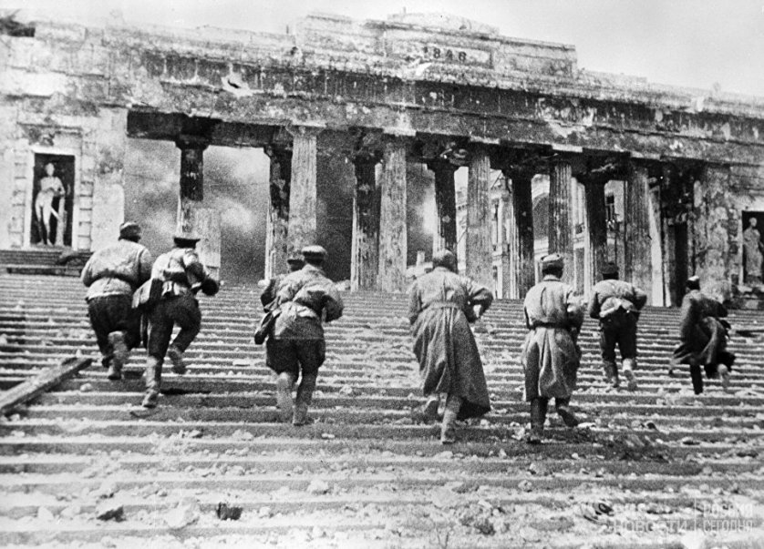 Советские автоматчики во время уличных боев в районе Графской пристани в Севастополе. 2 мая 1944 года.