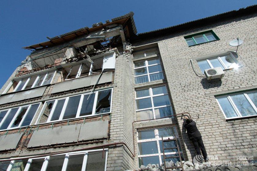 Небольшая улица Привокзальная в прифронтовом поселке Донецк-Северный в последнее время подвергалась постоянным артобстрелам со стороны украинских силовиков.
