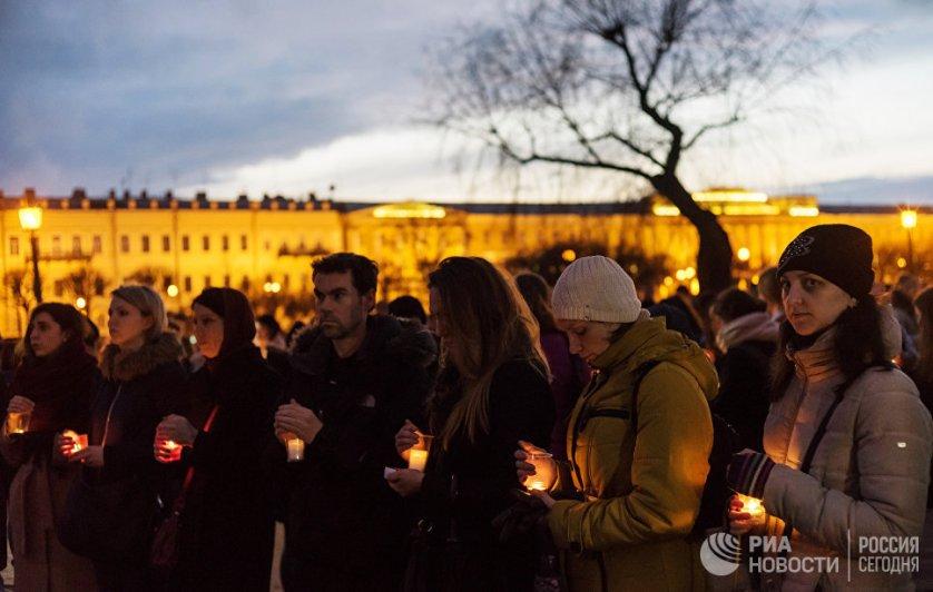 Акция памяти погибших при взрыве в метро прошла в среду вечером на Марсовом поле в Санкт-Петербурге.