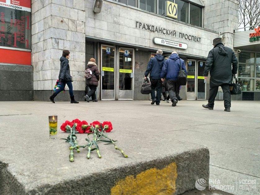 """Цветы возле станции метро """"Гражданский проспект"""" в Санкт-Петербурге."""