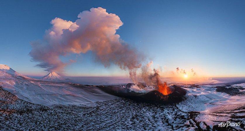 Извержение вулкана Плоский Толбачик на Камчатке, Россия.