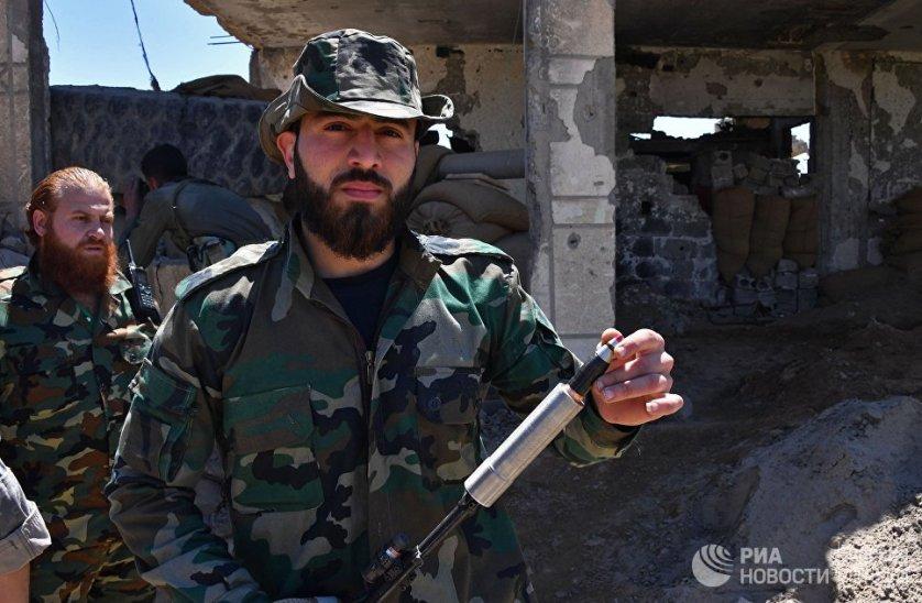 """Солдат Республиканской гвардии демонстрирует самодельное пусковое устройство для 23-х миллиметрового снаряда от зенитной самоходной установки """"Шилка""""."""