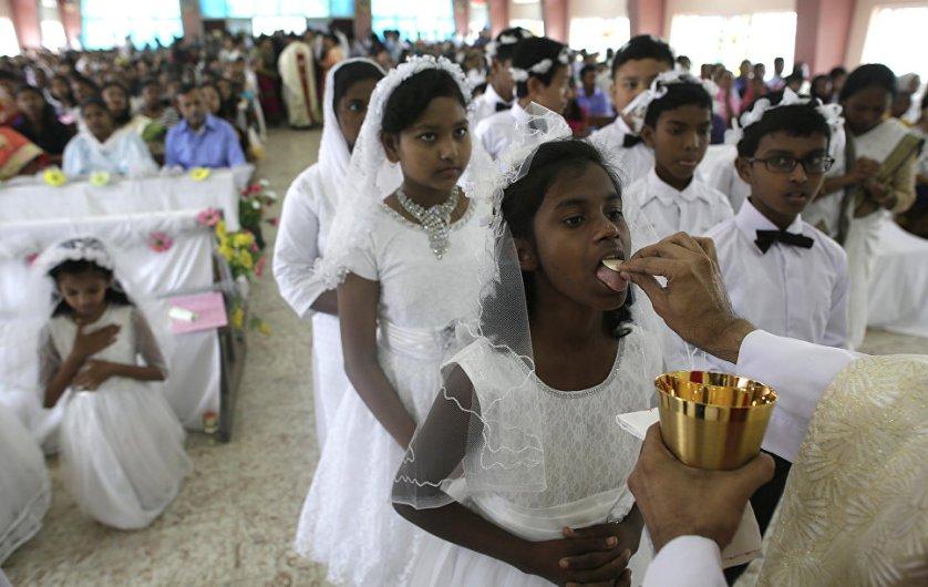 В Римско-католической церкви крестный ход совершается в богослужение Навечерия Пасхи после литургии. На фото: дети на богослужении в Индии.