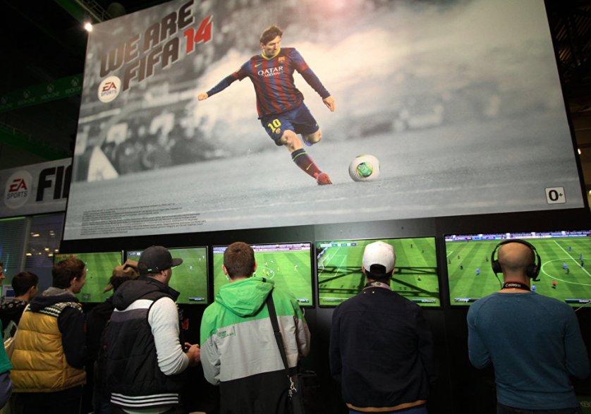 """Игроки на стенде компьютерной игры FIFA 14 на выставке """"ИгроМир 2013"""" в Крокус Экспо"""